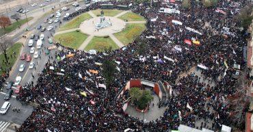 Santiago, 30 junio 2011 (UPI). Más de 50 mil personas, entre estudiantes universitarios y secundarios, iniciaron la marcha en defensa por la Educación Pública, desde el sector de Plaza Italia. (UPI/Oscar Ordenes)